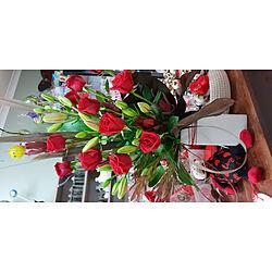 more on Dozen Roses in Ceramic Vase